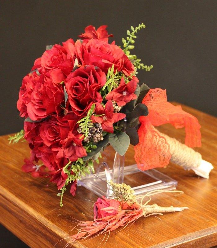 Kırmızı Açmış Gül Gelin Çiçeği